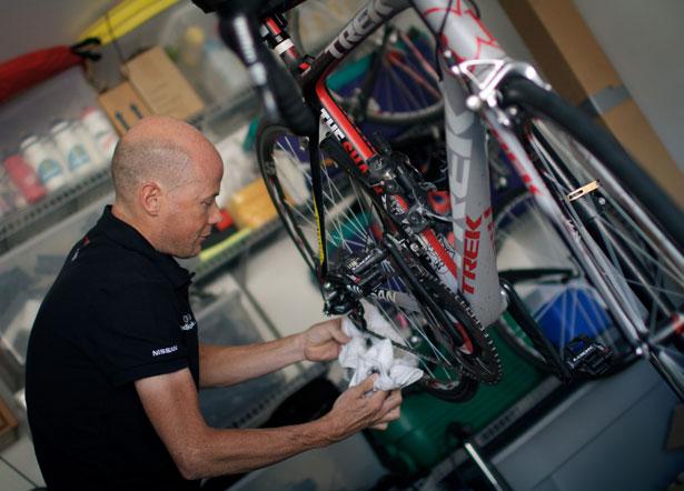 Clean-bike-chain-Chris-Horner_0