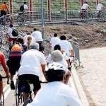 Studenti dizajna traže pomoć i savet od biciklista
