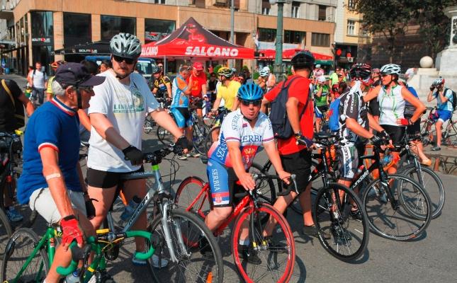 Okupljanje biciklista na Trgu Republike