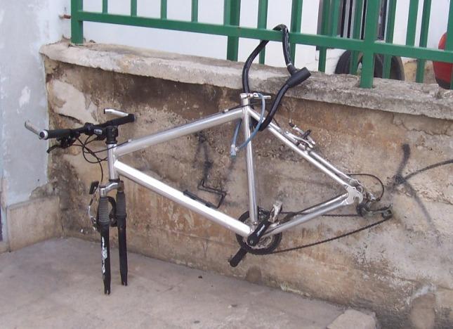 Bicikla_na_autobusnom_kolodvoru_u_Puli