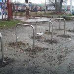 DA LI ĆE IKO DA GA KORISTI? Parking za bicikle napravili U BLATU
